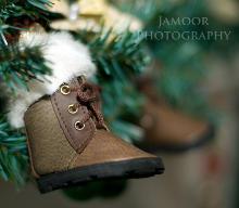 Petites bottes fourrées accrochées à un sapin de Noël